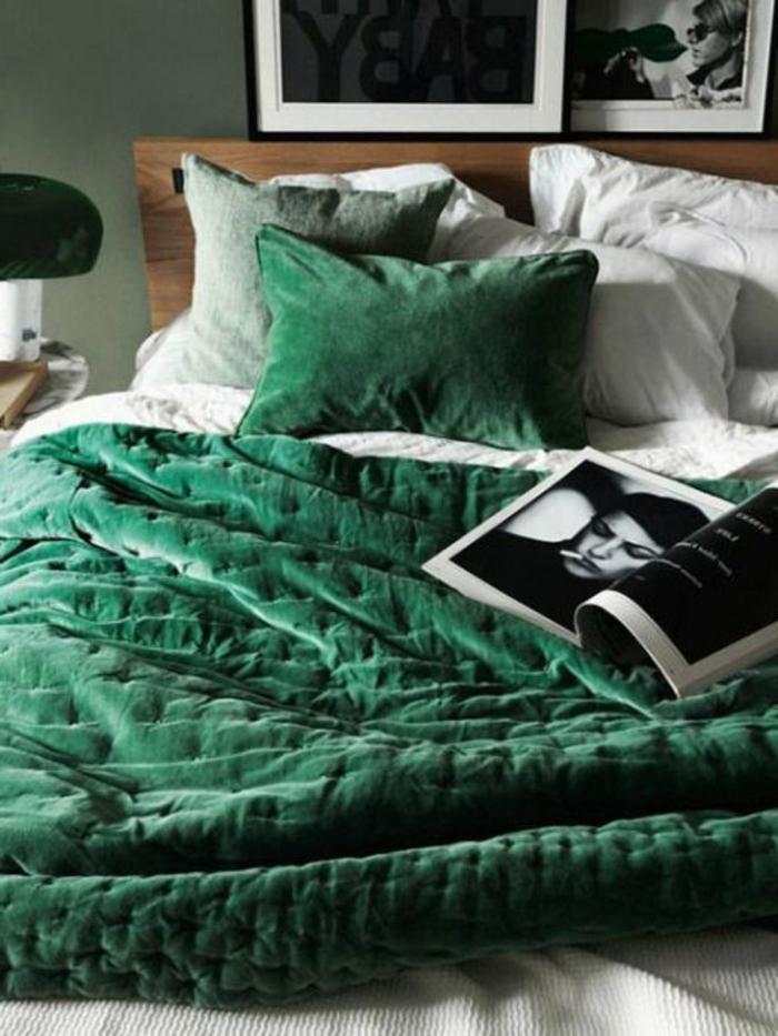 quelle couleur avec du gris, couverture moelleuse vert émeraude, magazine et tableaux monichromes