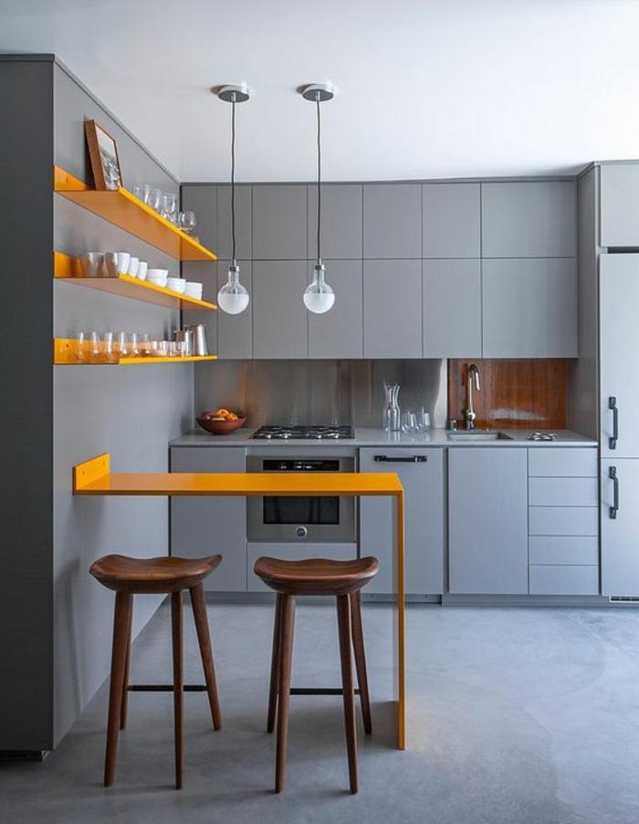 quelle couleur avec du gris, cuisine lisse et moderne, bar de cuisine jaune, étagères jaunes
