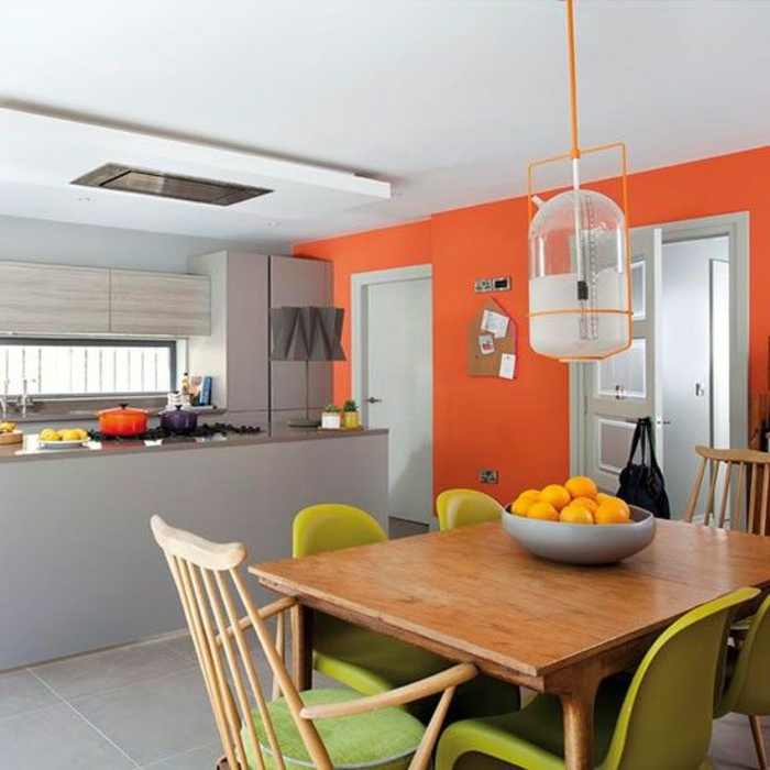 quelle couleur avec du gris, lampe ssuspendue, ilot central, mur orange, table en bois
