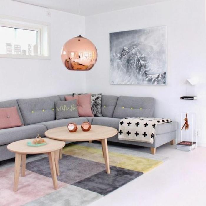 quelle couleur avec du gris, suspension cuivrée, deux tables en bois, sofa d'angle