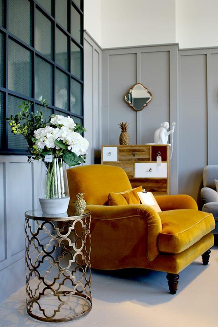 quelle couleur avec du gris, miroir et table vintage, bouquet de fleurs blancs