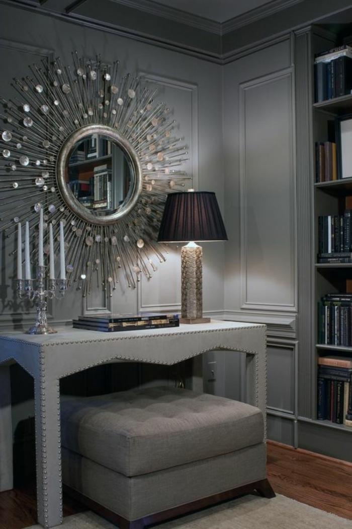 quelle couleur avec le gris, coiffeuse grise, miroir soleil, bougeoir argenté, bibliothèque murale