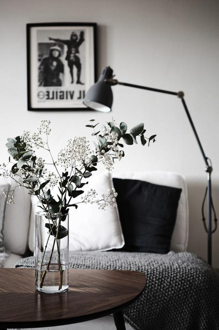quelle couleur avec le gris, coussins déco en noir et blanc, lampe avec bras amovible