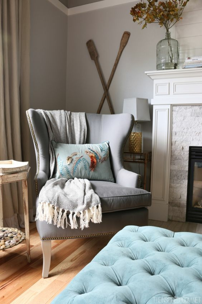 quelle couleur avec le gris, cheminée décorative, fauteuil vintage, sol vinyle