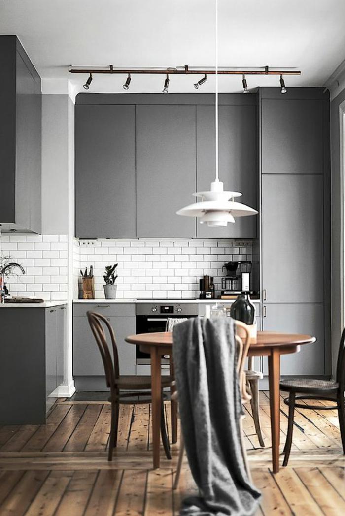 quelle couleur avec le gris, crédence blanche, lampe élégante suspendue, table en bois