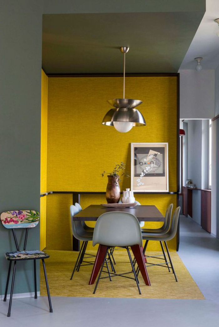 quelle couleur avec le gris, salle à manger en jaune et gris, table et chaises, lampe pendante