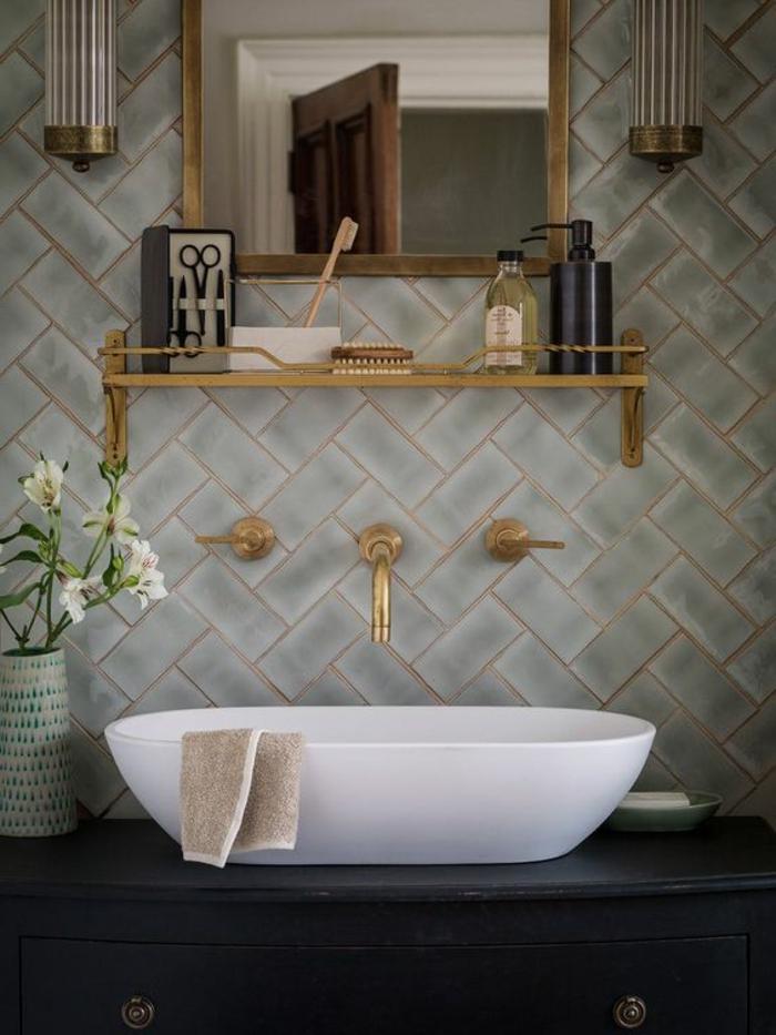 quelle couleur avec le gris, robinetterie dorée, miroir mural encadré, deux appliques murales