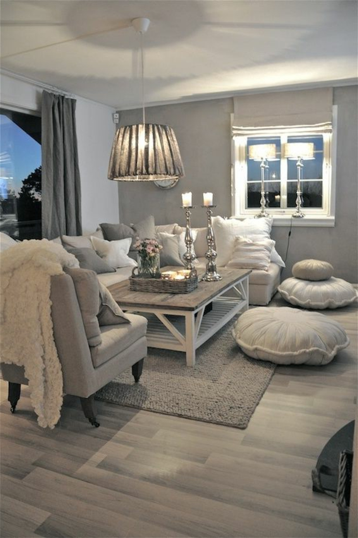 quelle couleur avec le gris, salon style shabby, table bois et blanc, fenêtre blanche avec deux lampes abat-jour