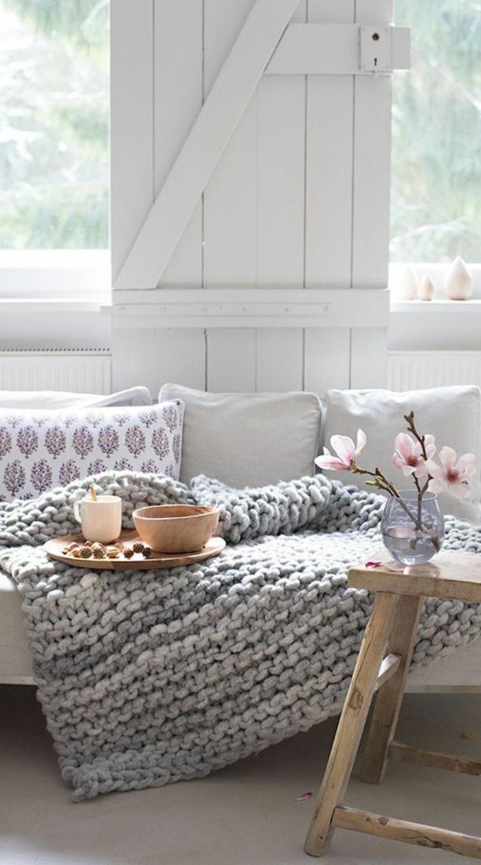quelle couleur avec le gris, plaid de lit tricoté couleur gris clair, petite table en bois