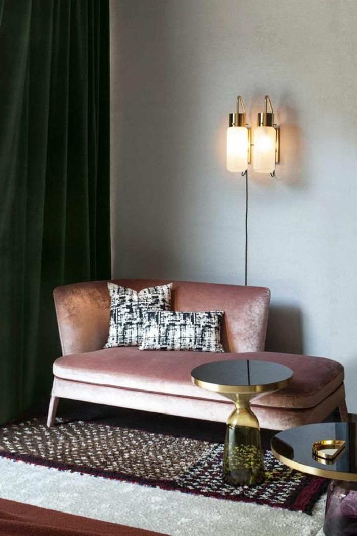 quelle couleur avec le gris, sofa rose, rideaux verts, peinture murale grise, tapis bicolore