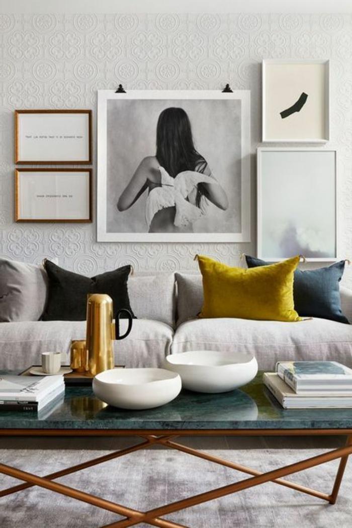 quelle couleur avec le gris, table de salon marbrée couleur gris perle, coussins déco, photo encadreé