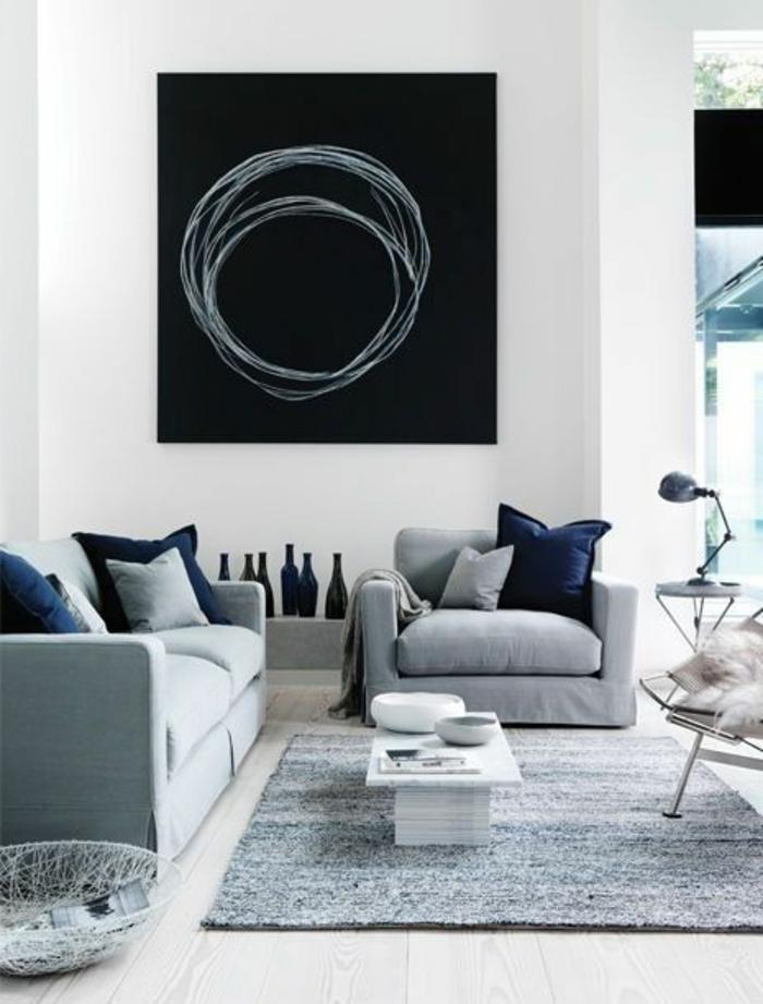 quelle couleur avec le gris, tableau noir, sofas gris et coussins en noir et gris,