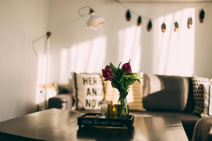 activité a faire quand on s ennuie, décoration chambre adulte, guirlande diy, canapé taupe poudré, comment décorer sa chambre, coussins beige, idée décoration chambre