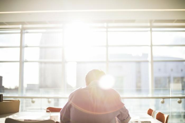 comment ne pas s ennuyer, apprendre l anglais, fenêtre surdimensionnée, chaises en bois, apprendre a dessiner, rayons de soleil, apprendre l alphabet