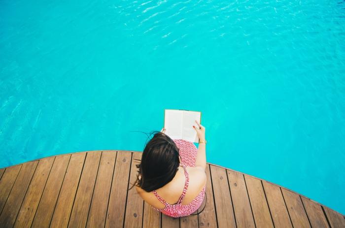 que faire quand on s ennuie ado, livre à lire absolument, piscine, deck en bois, manucure rouge, robe femme