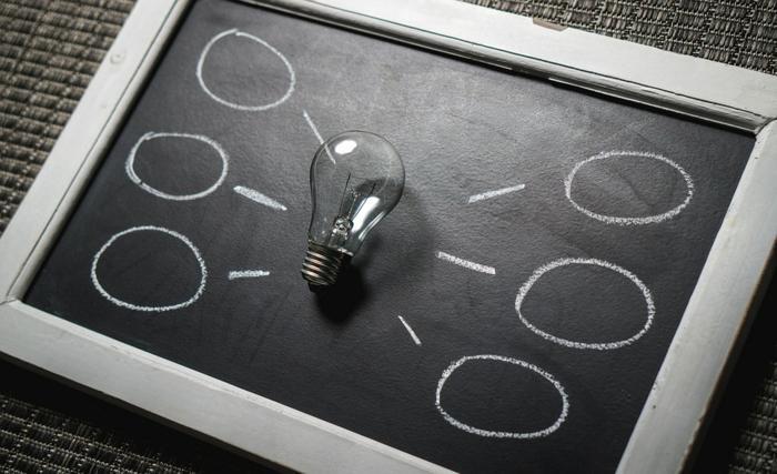 que faire pendant les vacances quand on s ennuie, tableau noir, ampoule électrique, tableau de visualisation