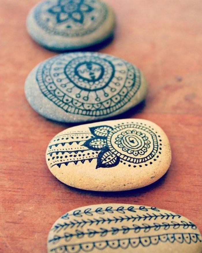 activité créative pour adultes, comment faire un dessin sur galets, motifs mandala, decoration au feutre