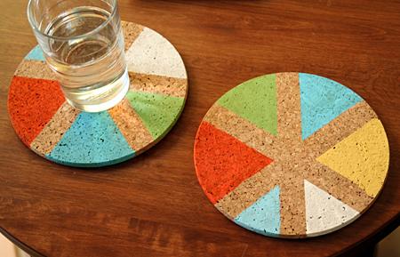 cadeau fete des peres a faire soi meme facile, dessous de verre personnalisé multicolore, motifs de triangles colorés, activité manuelle maternelle facile