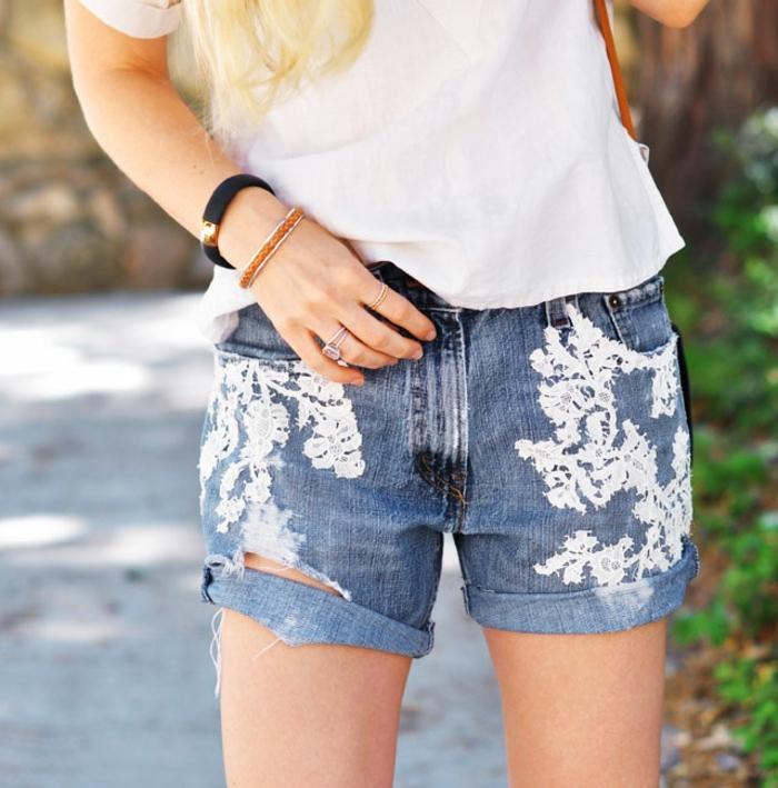 deco dentelle, tutoriel pour customiser un jean soi meme, appliques de dentelle blanche, tee shirt blanc
