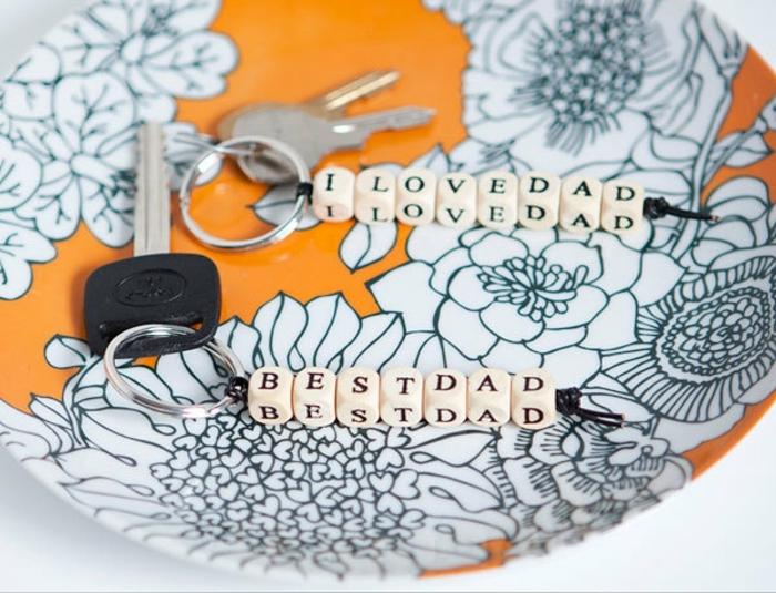 cadeau fête des pères à fabriquer, un porte cé fete es peres personnalisé, bricolage avec des perles alphabet, activité manuelle maternelle