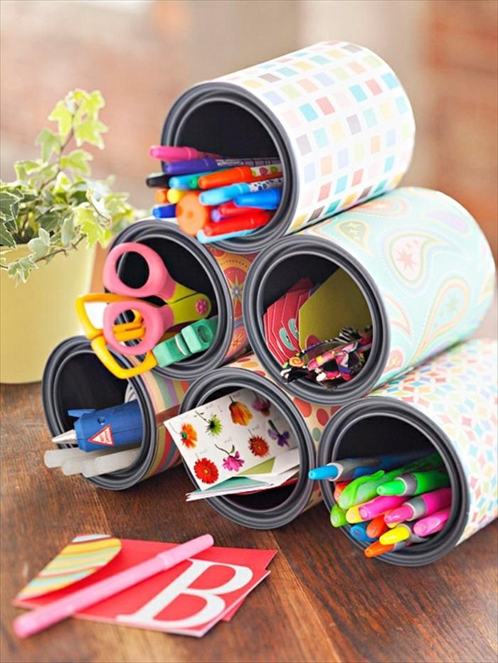 organisateur de bureau fabriqué à partir de boites de conserve, recyclage boite de conserve, customisé de papier coloré, pot à crayon, stylos, ciseaux, feutres et crayons