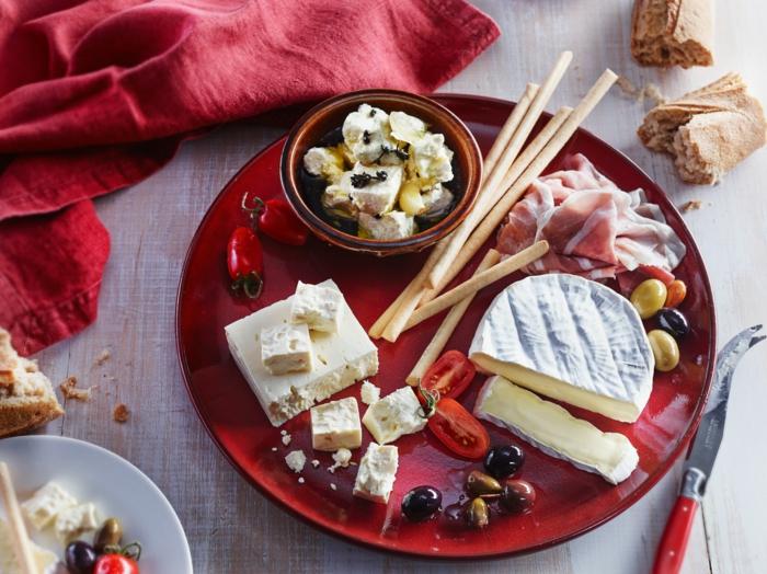 comment préparer un simple antipasti italien, idée pour une assiette apéro à l'italienne