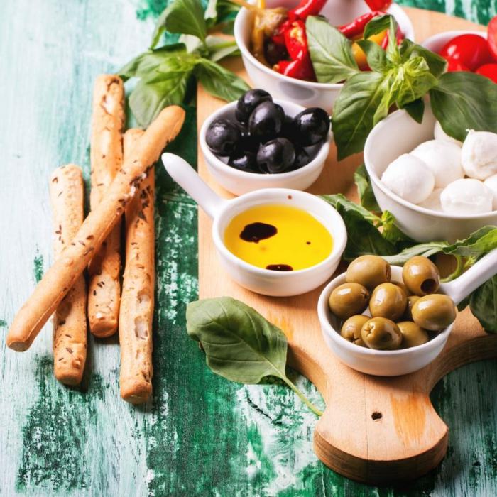délicieux plateau charcuterie fromage et légumes pour un apéro dînatoire d'été