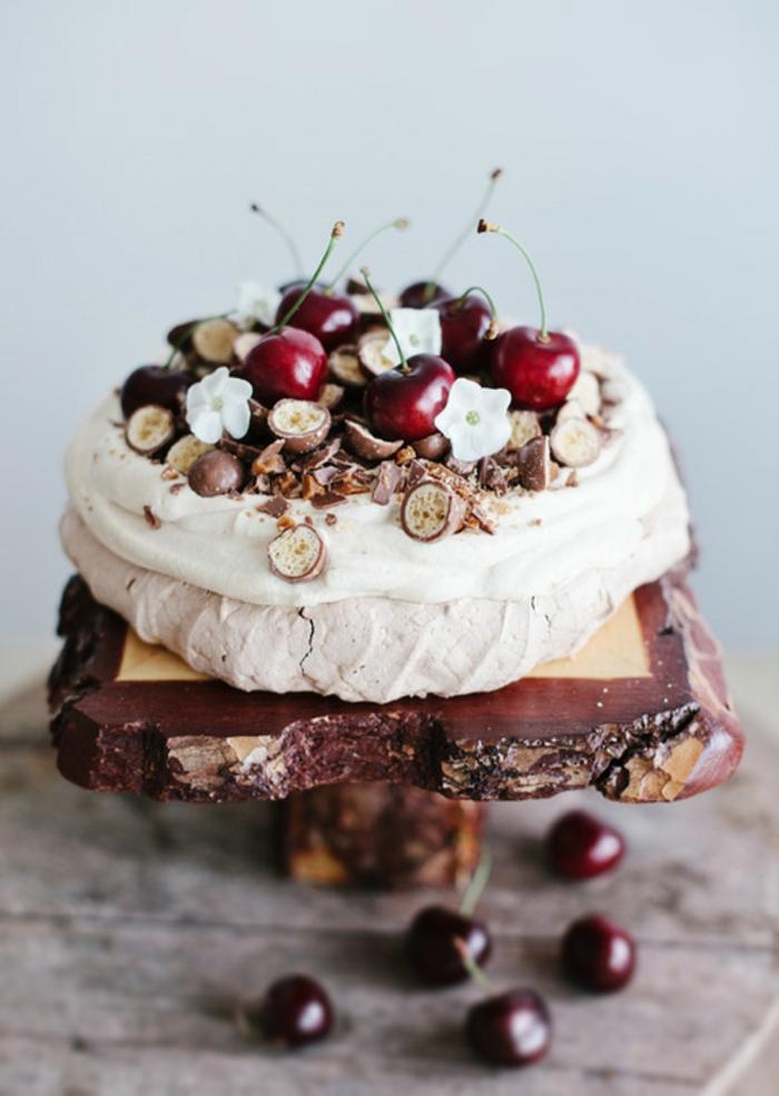 dessert australien à la meringue, un gâteau pavlova aux cerises décoré de boules meringuées