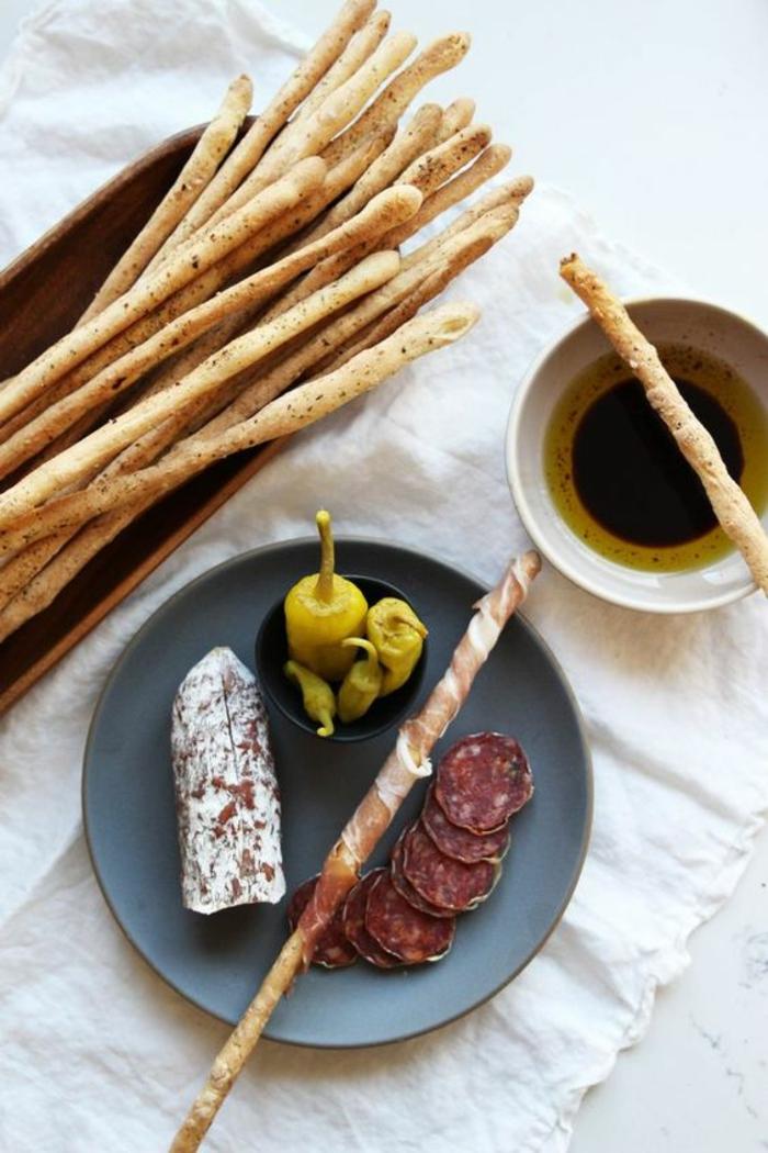 recette pour préparer des gressins maison épicés enrobés de prosciutto, antipasti italien classique