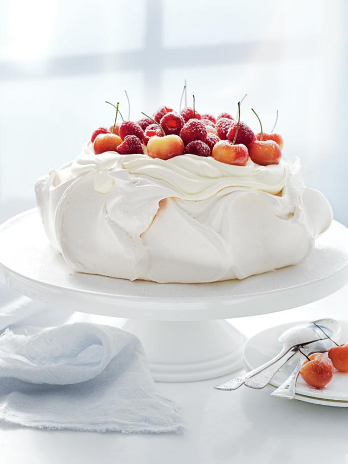 recette classique de pavlova aux fruits, un gâteau meringué raffiné au goût léger