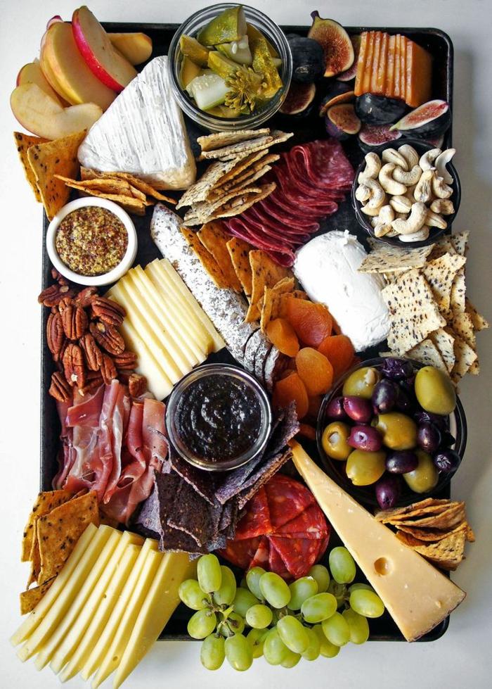 plateau antipasti riche en saveurs, comment préparer un apéritif facile et pas cher