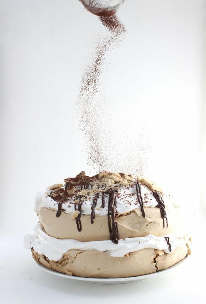 recette de pavlova au sucre roux et à la crème de glaçage de guimauve parsemé de chocolat noir