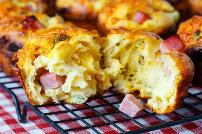 muffins salés, cheddar et jambon, recette pique nique à préparer pour passer une journée en plein air, repas facile à préparer