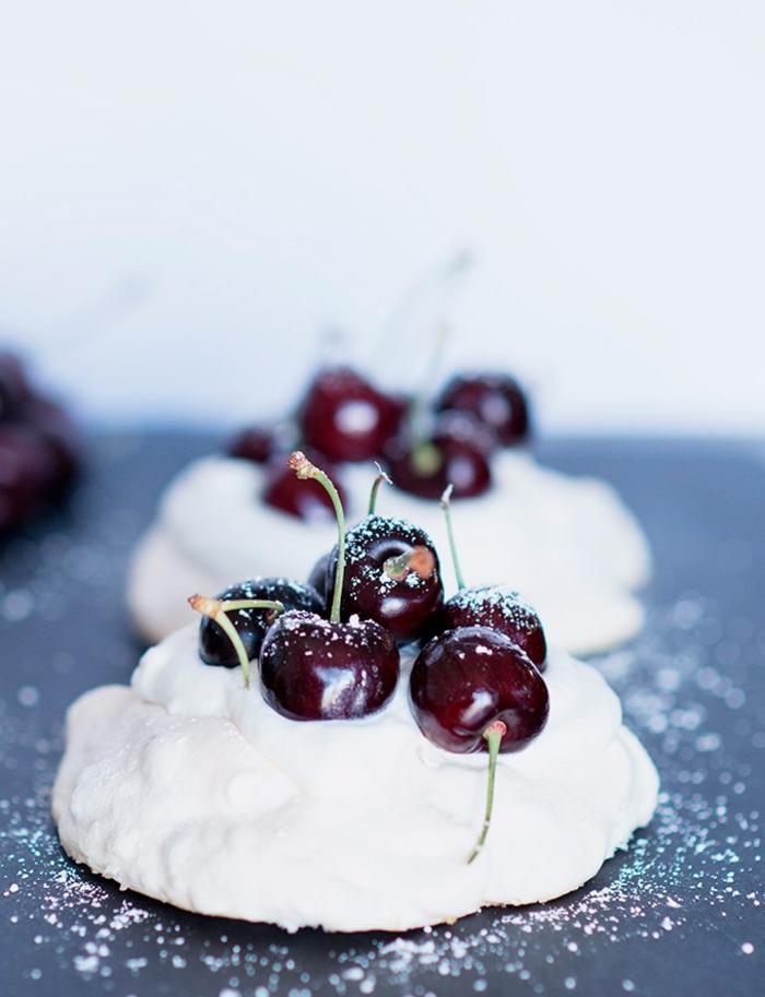 un dessert meringué simple et facile à préparer, recette de pavlova version miniature aux cerises