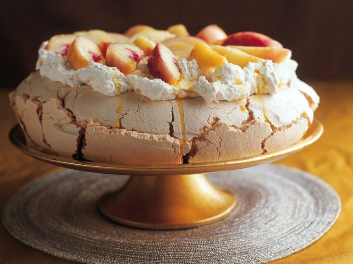 une recette de pavlova aux pêches et à la crème fraîche, gâteau de mariage meringué original
