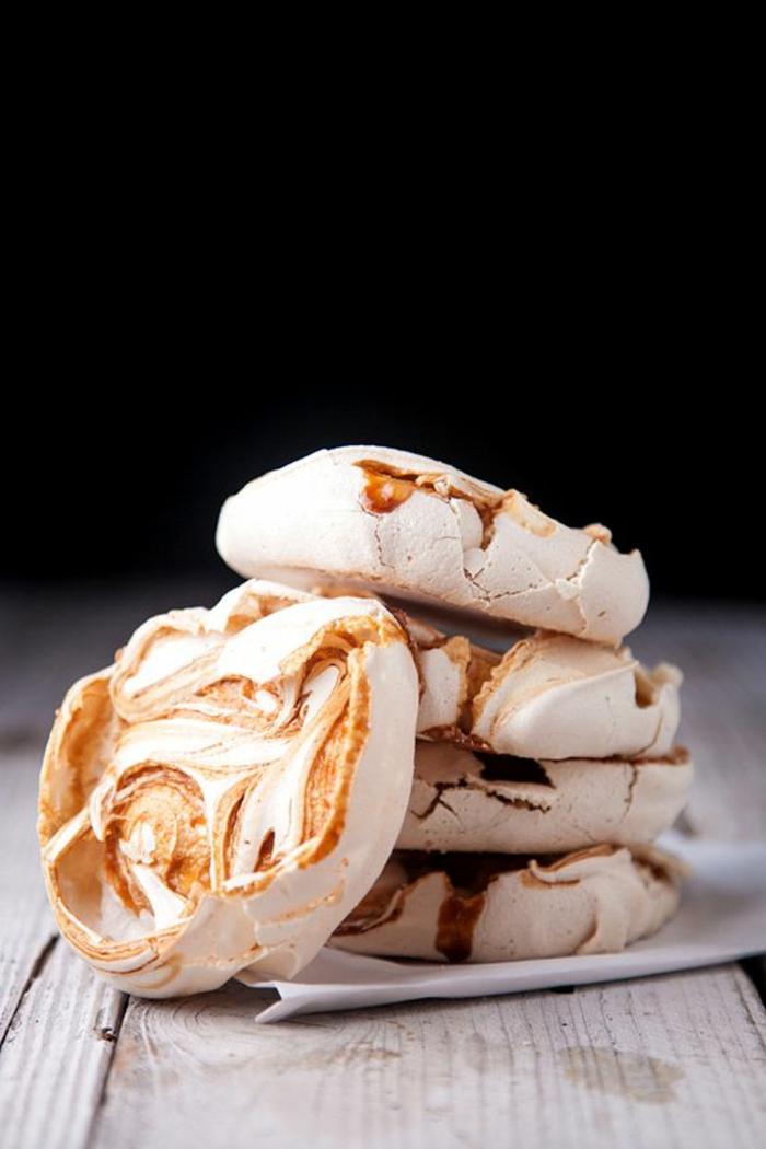 recette de pavlova parfaite à la base de meringue au caramel, des mini-pavlovas au caramel salé
