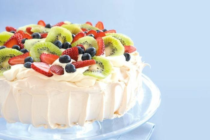 recette de pavlova classique aux fruits rouges, aux fraises et aux kiwis, glaçage e mousseux à la crème fouettée