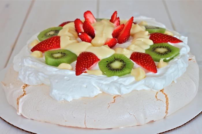 recette de pavlova classique aux fraises, kiwis et à la crème vanille
