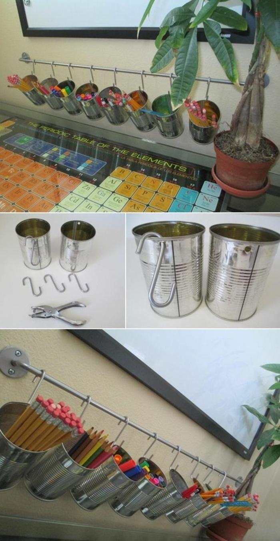 organisateur de bureau, pot à crayons, stylos feutres dans des boites de conserve, suspendues à des crochets, recyclage boite de conserve