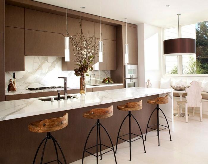 cuisine rustique, chaise en bois et fer forgé, cuisine actuelle, suspension luminaire en verre, chaises en bois