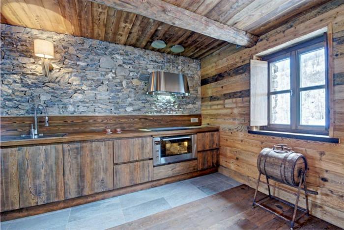 cuisine équipée, parquet en bois, plafond avec poutre en bois, évier métallique, tasses de café, cuisine actuelle