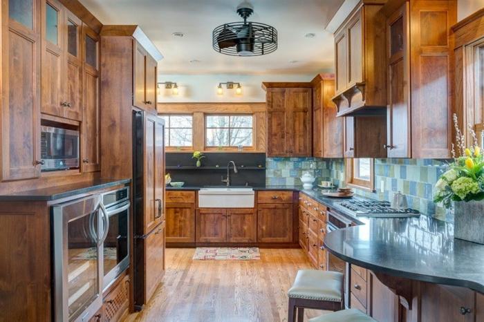 cuisine en bois, armoires en bois, cuisine intégrée, comptoir de cuisine bleu, fenêtre à carreaux, tabouret en bois