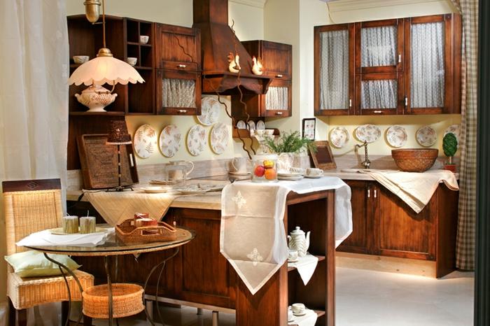 cuisine intégrée, décoration murale avec assiette, lustre forme fleur, cuisine équipée, table ronde en verre, modele de cuisine