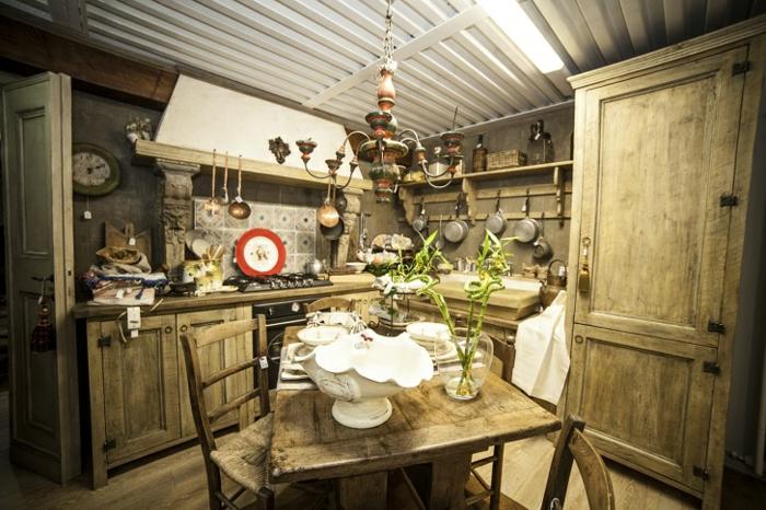 modele de cuisine, cuisine actuelle, assiette blanc et rouge, carrelage à motifs floraux, porte verte, plafond blanc