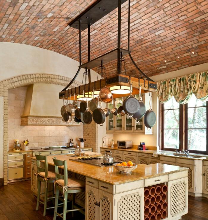 cuisine aménagée, murs blancs, îlot centrale, comptoir en quartz, cuisine en bois, suspension avec poêles