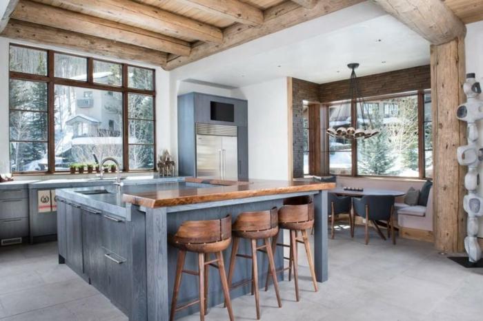 modele de cuisine, comptoir gris, grandes fenêtres, cuisine blanche et bois, table à manger en bois