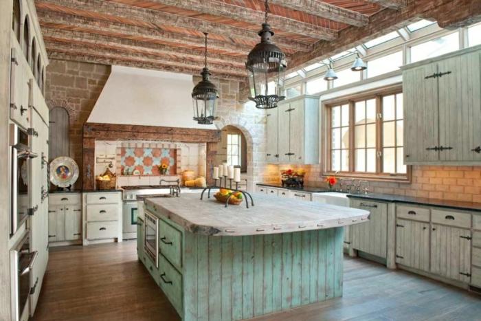 cuisine aménagée, plafond en briques, relooker cuisine en bois, lanternes noires, fenêtres à carreaux, armoires vertes