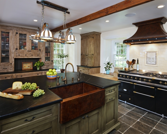 cuisine équipée, plafond blanc, poutre en bois décorative, éclairage led, suspension luminaire, pommes vertes