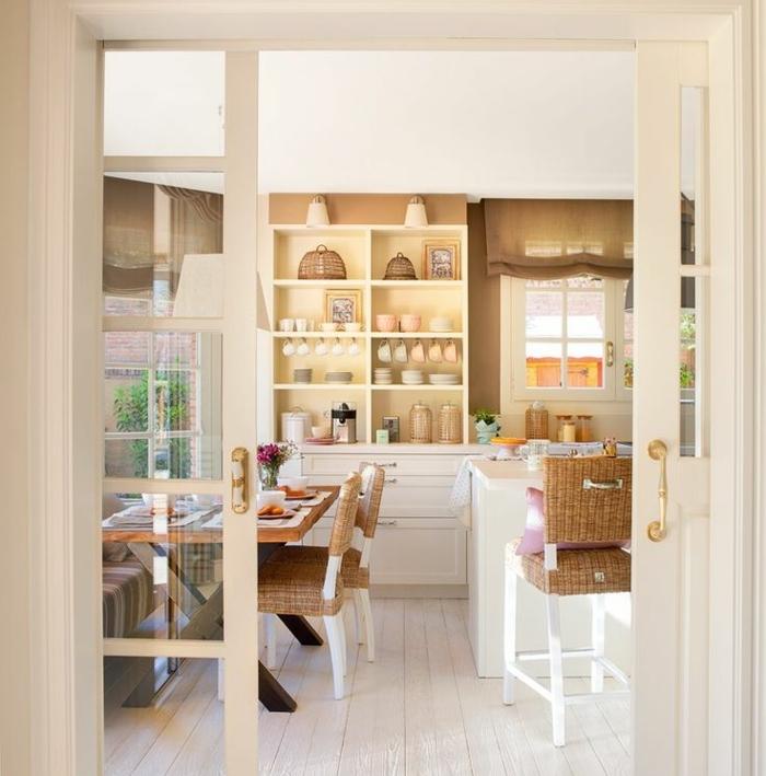 cuisine actuelle, bibliothèque blanche, cuisine blanche et bois, chaise en bois et rotin, grande fenêtre vers le jardin