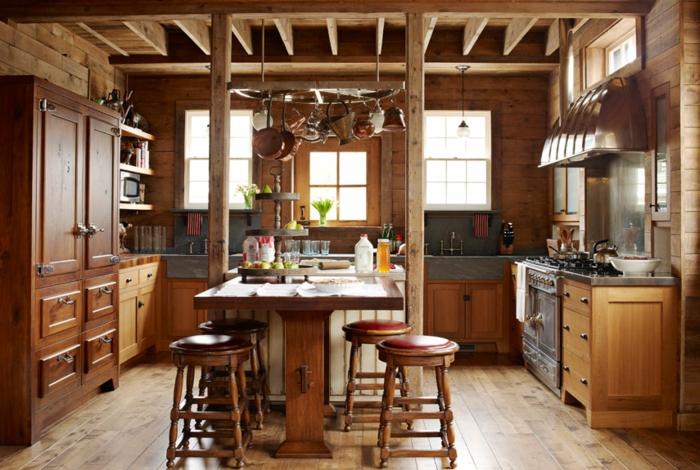 cuisine aménagée, suspension de cuisine avec poêles, évier de ferme, relooker cuisine en bois